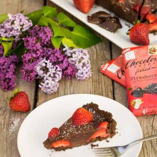 Six-ingredient, no-bake dark chocolate tart topped with strawberries & sea salt! A sweet act of love for the weekend, made the day before in just a few minutes.